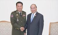 PM Vietnam Nguyen Xuan Phuc menerima Panglima Umum Tentara Kerajaan Kamboja