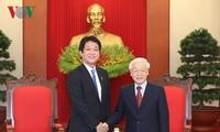 Sekjen, Presiden Vietnam, Nguyen Phu Trong menerima Anggota Majelis Rendah Kentero Sonoura, Utusan Khusus PM Jepang, Shinzo Abe