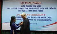 Menghadiahkan bintang persahabatan Vietnam kepada Direktur Organisasi Kesehatan Dunia Kawasan Pasifik Barat