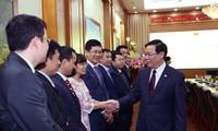 Deputi PM Vuong Dinh Hue: Memberikan prioritas kepada investor asing tetapi juga harus menjamin sumber pemasukan APBN