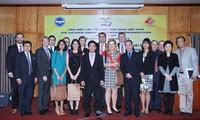 Para pemimpin Gabungan Asosiasi Persahabatan Viet Nam menerima delegasi Asisten Legislator AS