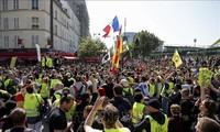 "Perancis: Gelombang demonstrasi ""rompi kuning"" dilanjutkan setelah Presiden E. Macron menyatakan memangkas tarif"