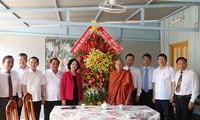 Kepala Departemen Penggerakan Massa Rakyat KS PKV, Truong Thi Mai melakukan kunjungan dan mengucapkan selamat kepada Upacara Waisak di Kota Can Tho