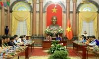 Wakil Presiden Vietnam, Dang Thi Ngoc Thinh bertemu dengan delegasi yang mendapat Penghargaan Vu A Dinh