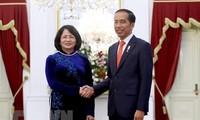 Wakil Presiden Vietnam, Dang Thi Ngoc Thinh menghadiri acara pelantikan Presiden Indonesia, melakukan pertemuan dengan banyak pemimpin negara-negara