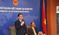 Deputi PM Vuong Dinh Hue Melakukan Kunjungan di Kedutaan Besar Vietnam di Afrika Selatan