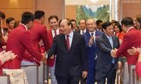 PM Vietnam, Nguyen Xuan Phuc Bertemu Dengan Kontingen Olahraga Vietnam yang Mencapai Prestasi Tinggi di Sea Games 30