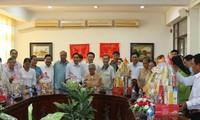 Kepala Departemen Propaganda KS PKV, Vo Van Thuong Menyampaikan Bingkisan Hari Raya Tet kepada Keluarga Yang Menjadi Kebijakan Prioritas di Provinsi Dong Nai