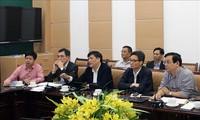 Wakil PM Vu Duc Dam memeriksa Pusat Pengelolaan dan Penyelenggaraan Online membantu pengobatan wabah COVID-19
