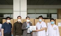 Asosiasi Dokter Muda memberikan puluhan ribu baju pelindung dan masker untuk membantu garis depan mencegah wabah Covid-19