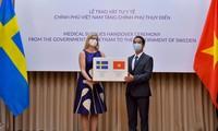 Deputi Menlu To Anh Dung menyampaikan materi kesehatan dari pemerintah dan rakyat Vietnam kepada Pemerintah dan rakyat Swedia untuk mencegah dan memberantas wabah Covid-19