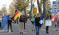 Ratusan demonstran memprotes perintah-perintah penutupan di perbatasan Polandia-Jerman