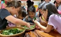 Anak-anak mencari tahu tentang sutra tradisional Vietnam