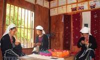 Memperkenalkan sepintas-lintas tentang produk bordir kain ikat dari kaum perempuan etnis minoritas Dao Tien