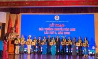 Menyampaikan hadiah Nguyen Van Linh ke-2 2020