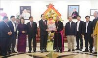Ketua Pengurus Besar Front Tanah Air Vietnam Mengucapkan Selamat Hari Natal di Berbagai Daerah