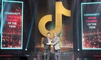 Memberikan Penghargaan TikTok Awards Vietnam 2020
