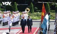 Presiden Nguyen Xuan Phuc dan Istri Pimpin Upacara Menyambut Sekjen, Presiden Laos Dalam Kunjungan Persahabatan Resmi di Vietnam