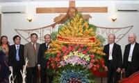 Vize-Premier Nguyen Xuan Phuc besucht zu Weihnachten Kirchengemeinde Xuan Loc