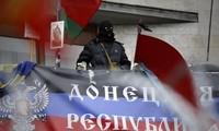 Demonstranten in der Ukraine besetzen Kaserne in Donezk