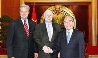 Parlamentspräsident Nguyen Sinh Hung empfängt US-Senator John McCain