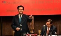 Premierminister Nguyen Tan Dung trifft Vertreter der in Singapur lebenden Vietnamesen
