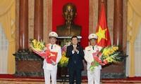 Staatspräsident Truong Tan Sang übergibt Dienstgrad des Generaloberst an zwei Vize-Minister