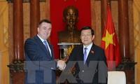 Staatspräsident Truong Tan Sang trifft Gouverneur der russischen Provinz Primorje