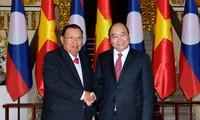 Premierminister Nguyen Xuan Phuc empfängt Laos Staatspräsident