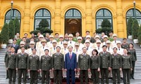 Staatspräsident Tran Dai Quang trifft hervorragende junge Polizisten
