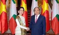 Premierminister Nguyen Xuan Phuc führt Gespräch mit der myanmarischen Staatsberaterin