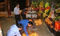 Mehr als 500 Menschen zünden Kerzen zum Andenken an gefallene Soldaten in Dong Loc an