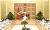 Premierminister Nguyen Xuan Phuc leitet Sitzung über dringliche Hilfe für die obdachlosen Familien