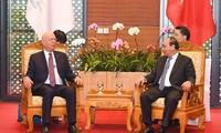 Premierminister Nguyen Xuan W.Phuc empfängt Gründer und Präsident des Weltwirtschaftsforums Klaus Schwab