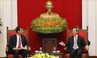 Leiter der Wirtschaftsabteilung der KPV, Nguyen Van Binh, empfängt Leiter von Facebook, Apple und Coca Cola