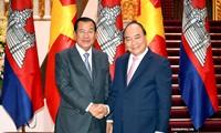 Premierminister Nguyen Xuan Phuc empfängt Kambodschas Ministerpräsident Hun Sen