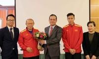 Vietnamesischer Botschafter in Katar besucht die Nationalfussballmannschaft