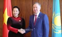 Parlamentspräsidentin Nguyen Thi Kim Ngan trifft Präsident des kasachischen Unterhauses