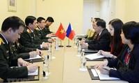 Generaloberst Phan Van Giang trifft Generalstabschef der russischen Streitkräfte