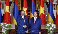 Premierminister Nguyen Xuan Phuc führt Gespräch mit seinem armenischen Amtskollegen