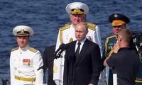 Präsident Putin nimmt an der Parade der russischen Marine teil