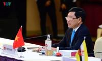Bilaterale Treffen des Vize-Premierministers, Außenministers Pham Binh Minh bei AMM-52
