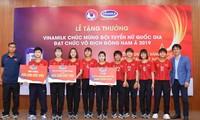 Vinamilk überreicht der vietnamesischen Frauenfußballnationalmannschaft Geschenke