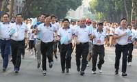 """Fast 1500 Menschen nehmen am 46. erweiterten Laufwettbewerb der Zeitung """"Ha Noi moi"""" teil"""