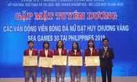 Auszeichnung der Fußballspielerinnen, die bei den  Südostasienspielen eine Goldmedaille gewonnen haben