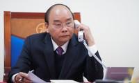 Premierminister Nguyen Xuan Phuc diskutiert die Covid-19-Bekämpfung mit Regierungschefs Japans und Tschechiens