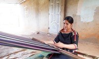 Frauen des Dorfes Knia in der Provinz Dak Lak bewahren das Brokatweben