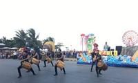 Lebendiges Karnevalsfest in der Küstenstadt Sam Son