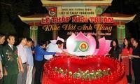 Kerzen zum Andenken an gefallene freiwillige Jugendliche an der Kreuzung Dong Loc anzünden