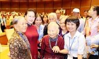 Parlamentspräsidentin Nguyen Thi Kim Ngan trifft Heldenmütter